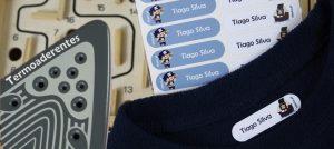 Marcar as roupas com etiquetas termoaderentes